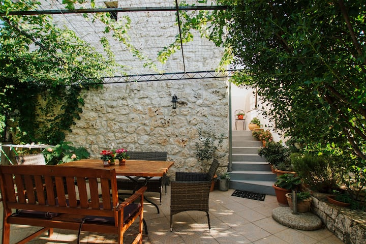 Two Bedroom Stone house, in the countryside in Vrsine
