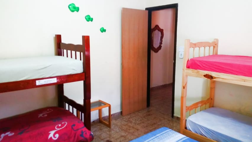 Casa do Indaiá: quarto com dois beliches e uma cama box de casal