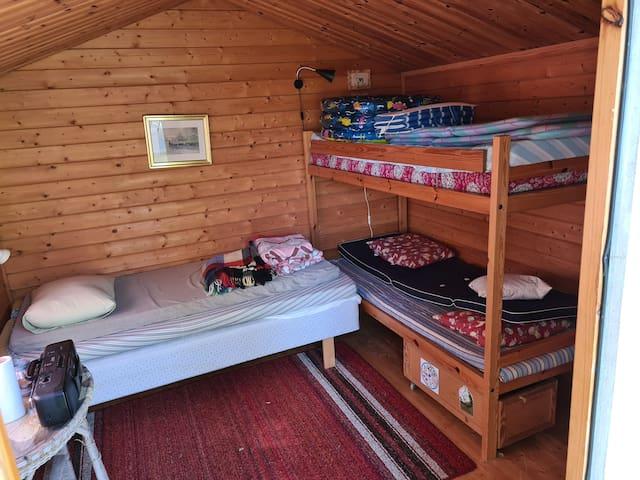 Sovrum 4, lillstuga 2, en enkelsäng och en våningssäng
