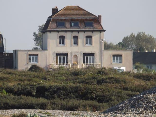 villa en bord de mer et vue sur mer