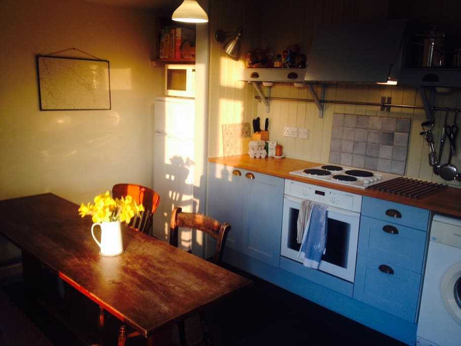 Sunny evenings in the kitchen. Well equipped with everything you need: including washing machine, drier, oven & hob, microwave and fridge (with freezer compartment).