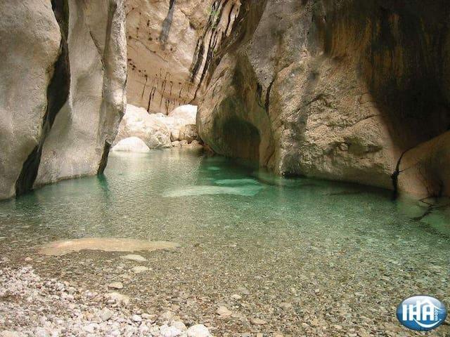 Gola Gorroppu all'interno del paese:passaggio di un fiume carsico dove si trova uno dei kanyon più alti d'Europa