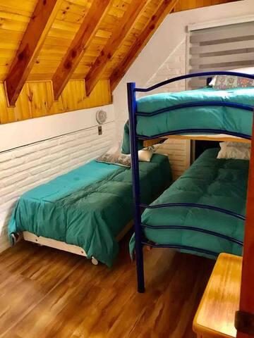 Tercer dotmitorio, con camarote y cama.