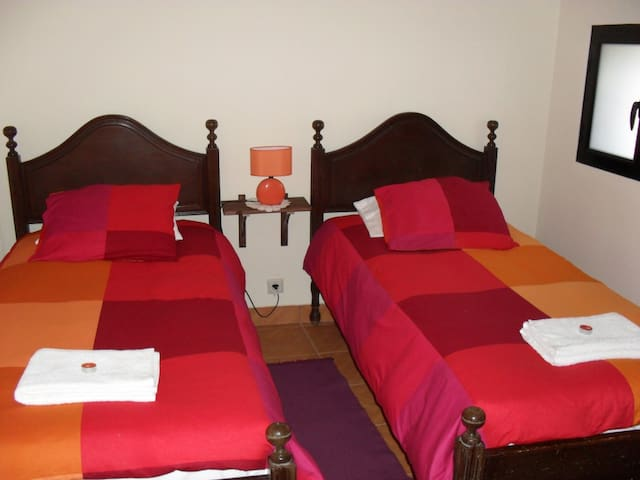 Quarto com 2 camas individuais Room with 2 single beds