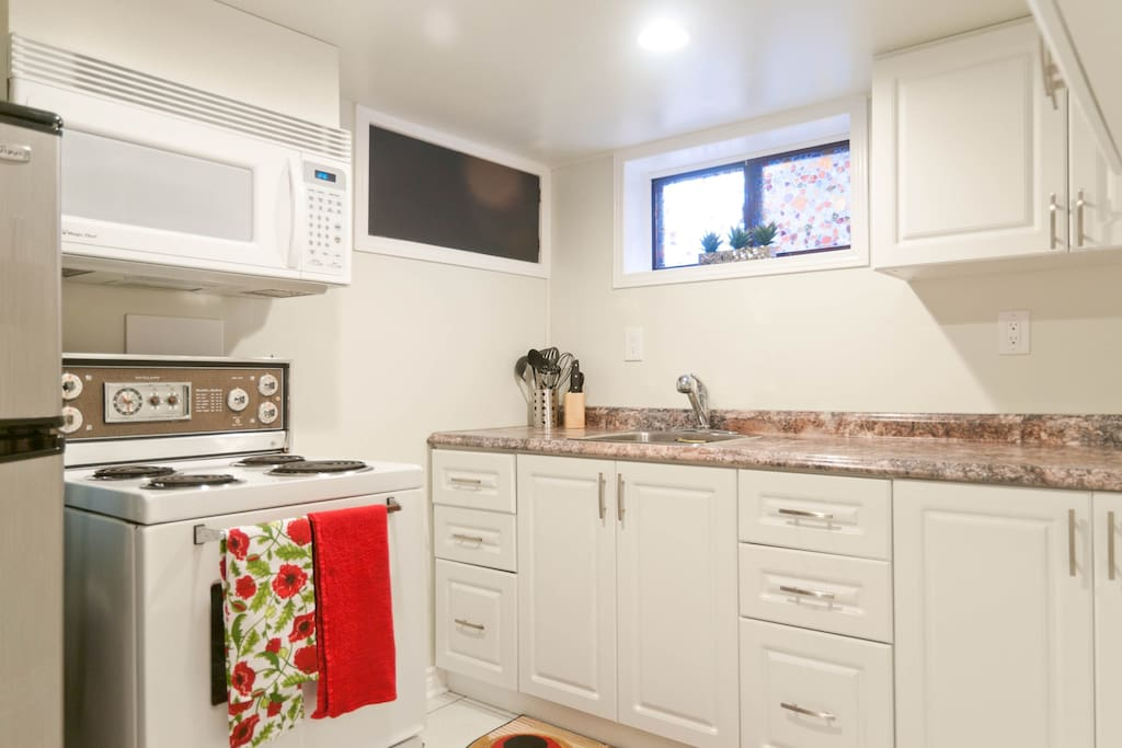 Well equipped kitchen, with stove and microwave, coffee maker, kettle, toaster. 24 hour grocery store just a few minutes walk. We supply coffee, tea, sugar, milk and/or cream when you arrive.