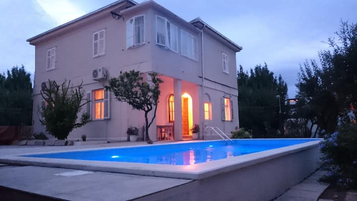 WELLNESS-SPORT OASIS WITH HEATED POOL -PARK FOREST