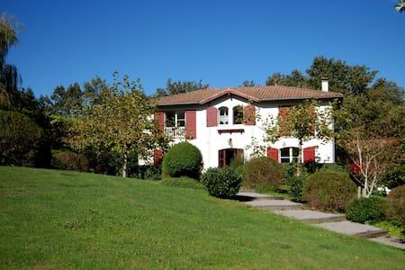 Villa avec piscine vue montagnes - Ascain
