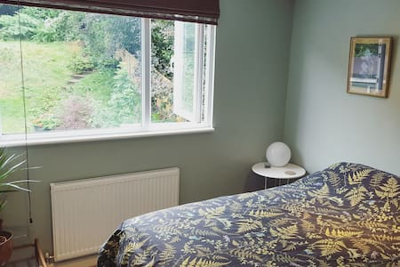 Pretty double room, 25mins from Central London - London - House