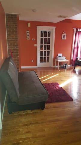 Bed & Breakfast- Bright cozy private room on 2nd floor. Bathroom, living room & porch to share. Close to shopping and public transportation.