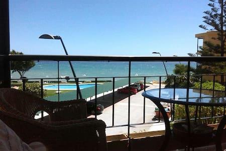 Apartamento 1ª linea de playa en Estepona - Estepona