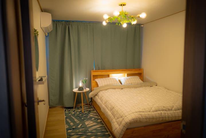 퀸사이즈 침대가 있는 그린하우스의 아늑한 침실입니다 :) The bed room of the green house with Queen sized bed