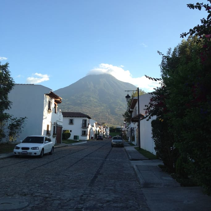Vista del volcan de agua desde enfrente de la casa // view of the water volcano from in front of the house