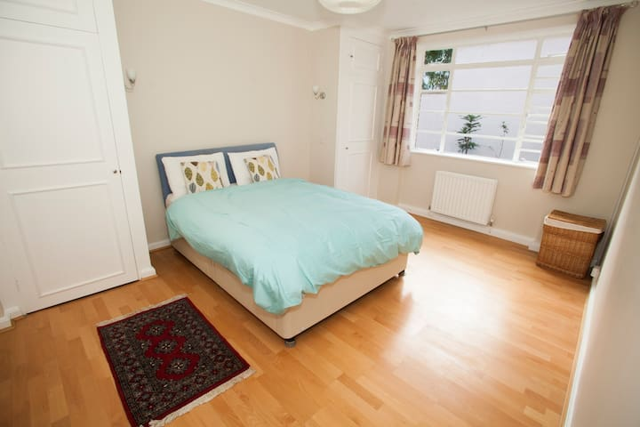 Beautiful Bedroom in St John's Wood