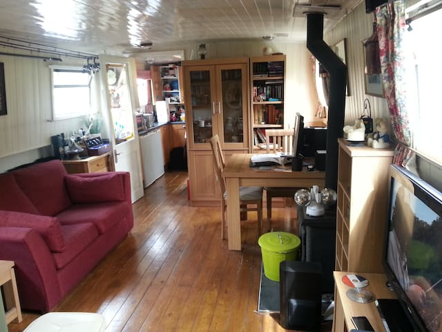The Time Machine - beautiful barge - quiet retreat - Surrey - เรือ