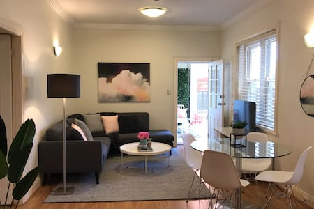 Spacious Designer Apartment with Private Courtyard - Kirribilli - Lakás