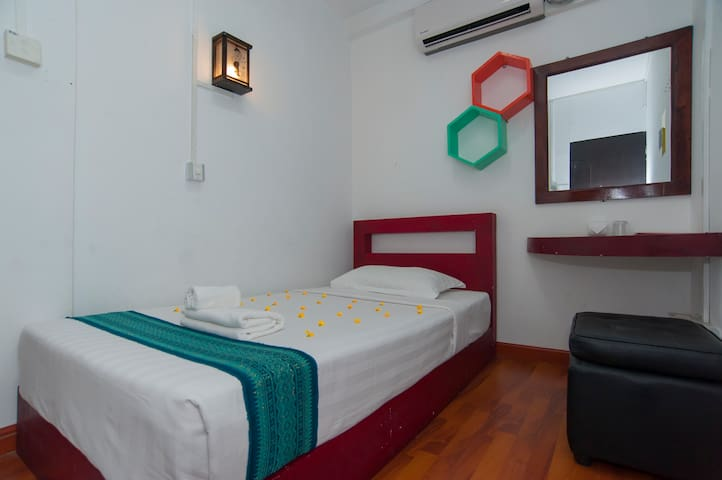 Economy Single room 1 - Yangon - Dom