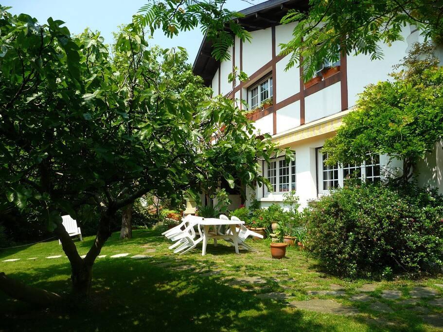 Façade ouest avec jardin et terrasse tranquilles
