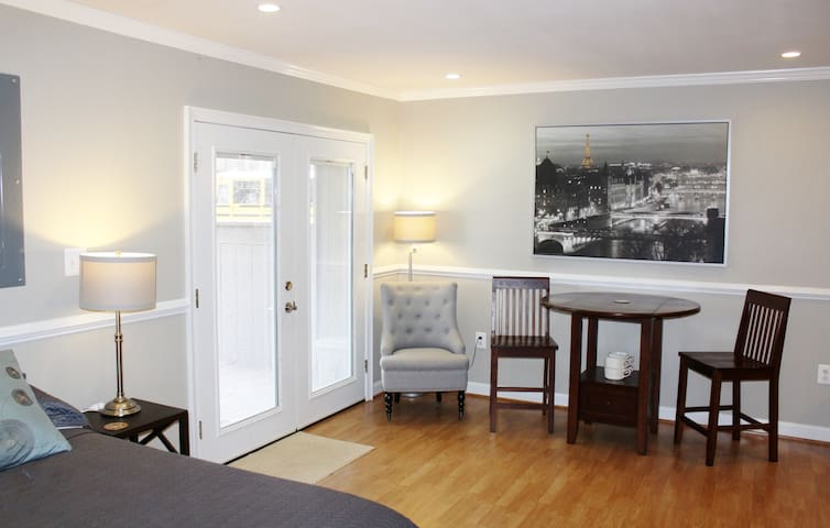 Very large room on Private floor - Explore DC! - Woodbridge - Townhouse