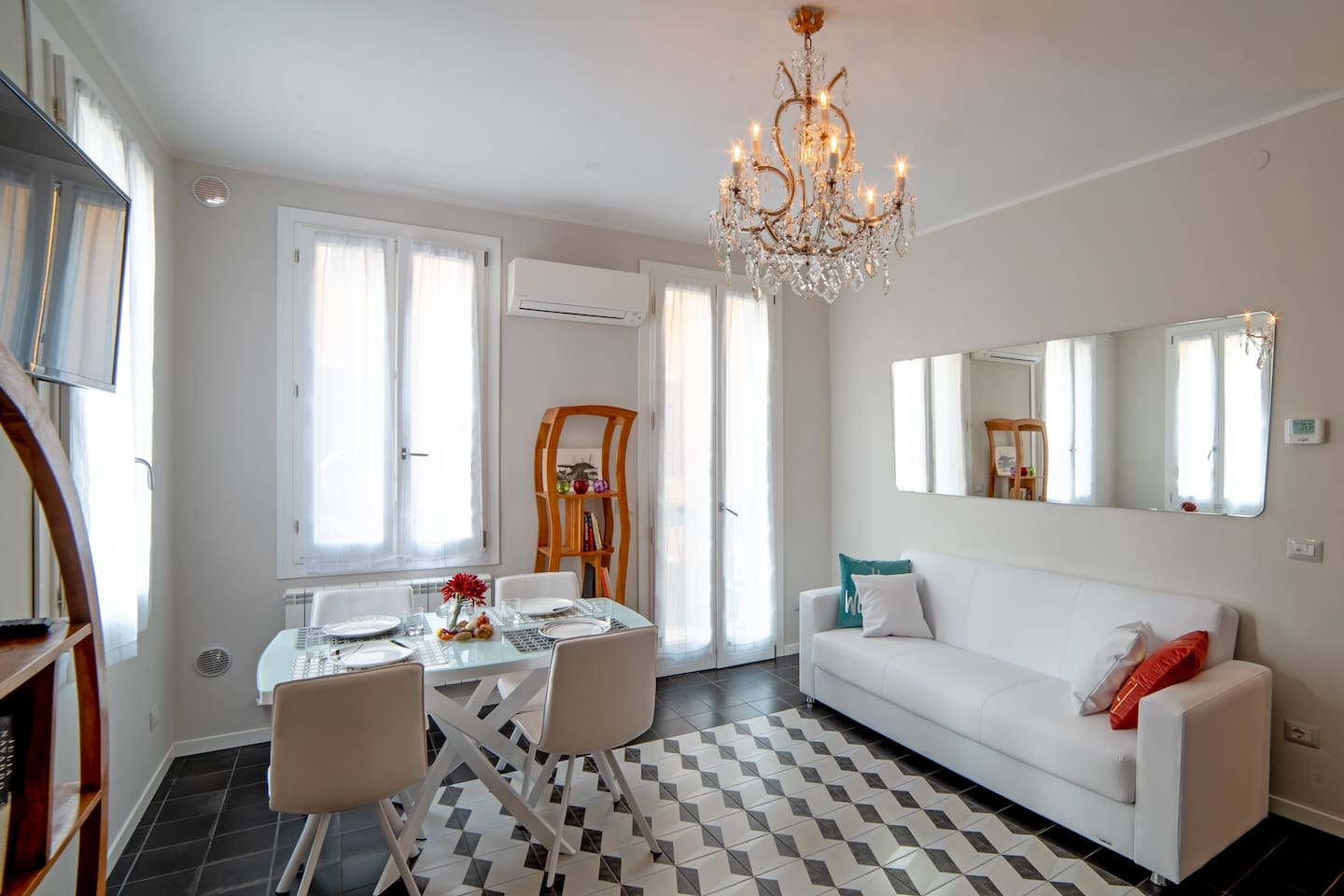Bright Living Room - Air Conditioning, Flat screen Television, Lovely terrace - Flat close by Jewish Ghetto Venice - 10 minutes walk from Train Station