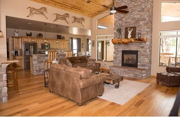 **Glam & Chic** Lakeside Family Cabin
