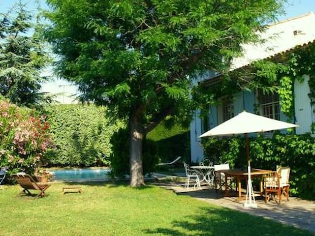 Agréable villa, piscine, Alpilles - Saint-Étienne-du-Grès - Hus