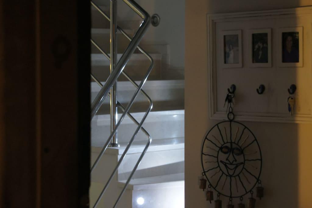 üst kattaki üç odaya çıkan merdiven