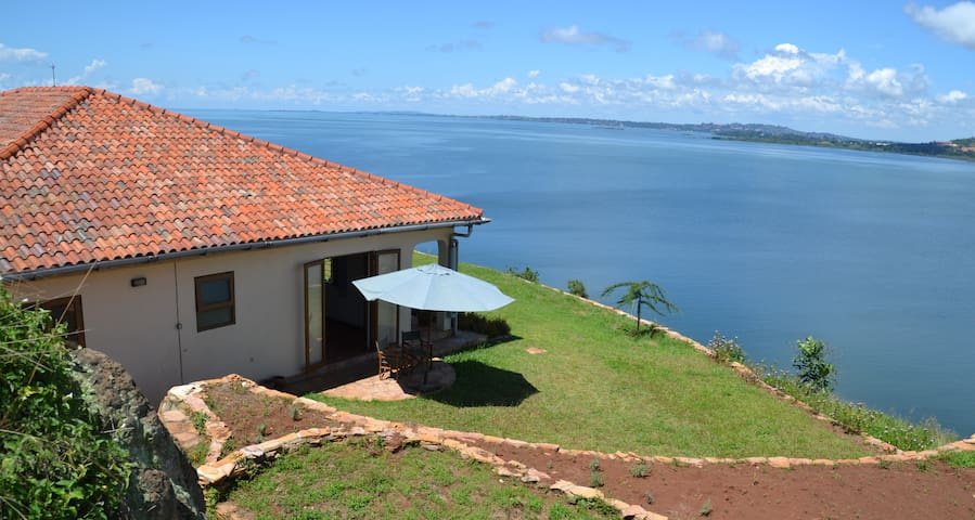 Peaceful rural lakeside cottage - Entebbe - Dom