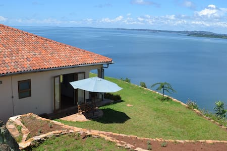 Peaceful rural lakeside cottage - Entebbe - Haus