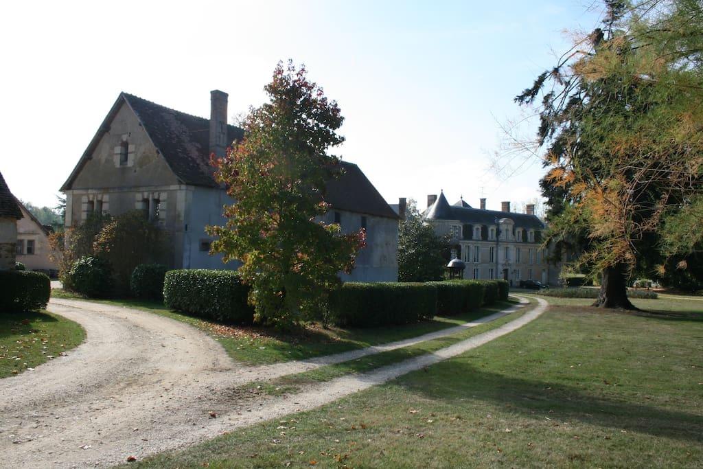 Dépendance mit Schloss im Hintergrund