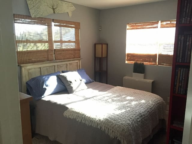 Cozy room & private bath, near DT; w/ (SENSITIVE CONTENTS HIDDEN) Fiber - Austin - Casa