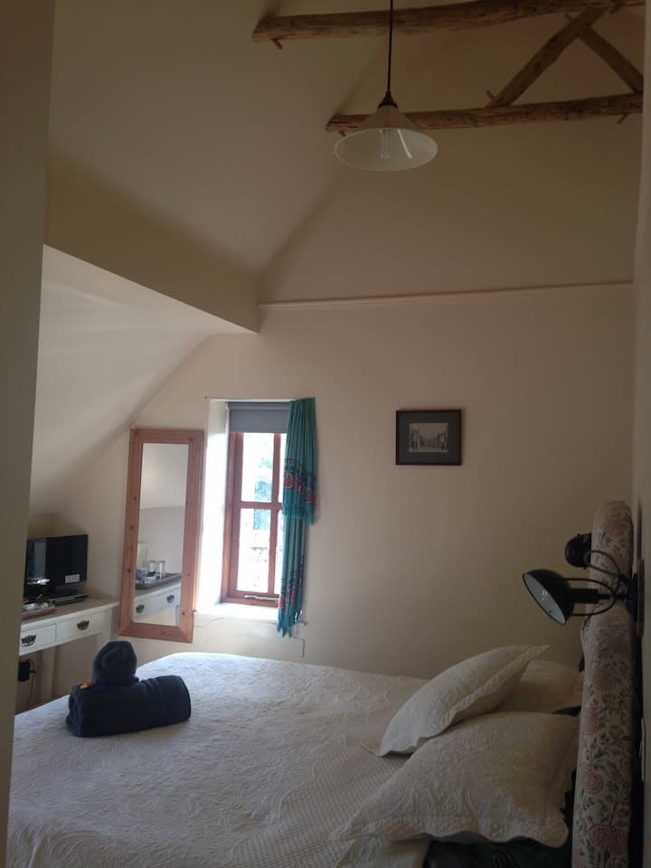 Bright and Quiet Dorset en suite room with a view