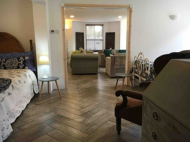 LANSDOWN APARTMENT - Sleeps 1-4 - FREE PARKING