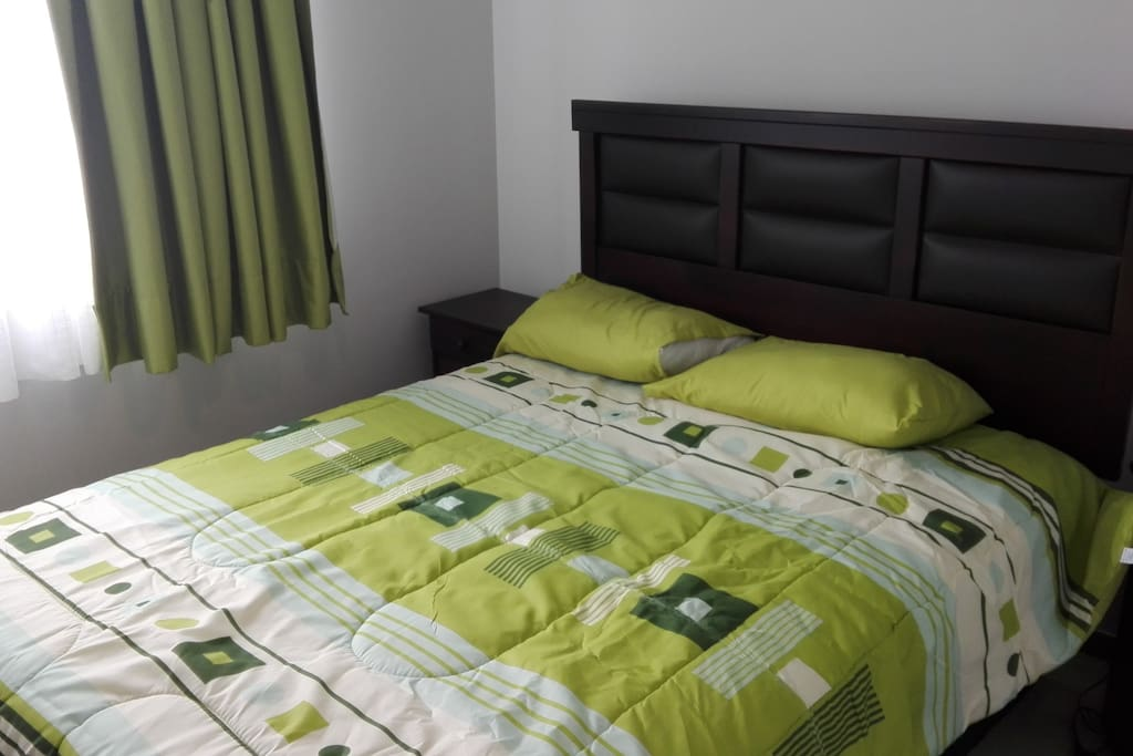 Dormitorio con cama 2 plazas,  closet, veladores y lámparas