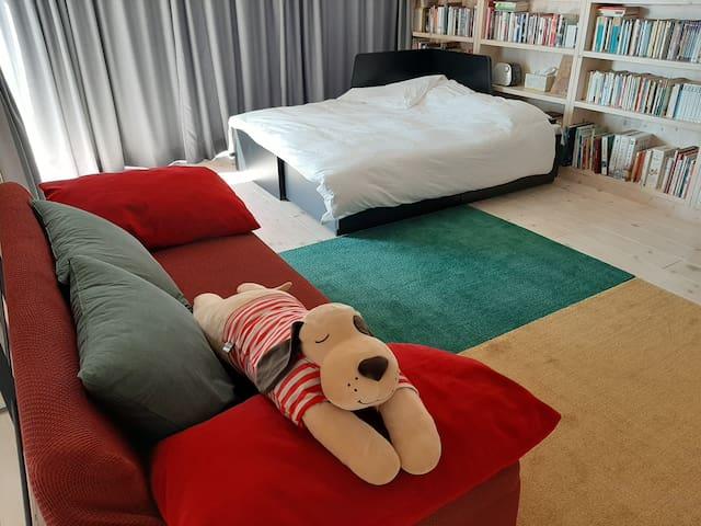 2층 킹사이즈 침대와 쇼파