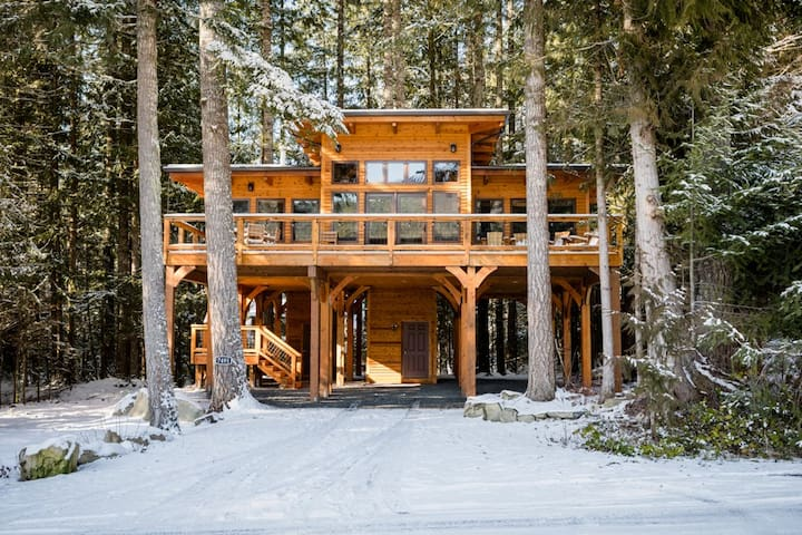 Glacier Chalet with Stunning Views of Mt. Baker