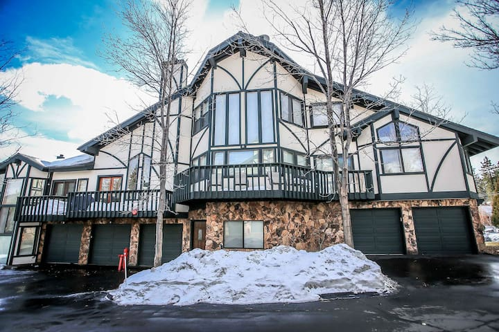 Viking Estates~Modern Tri-Level Condo~Onsite Indoor Pool/Spa~Tennis Courts~ - Big Bear Lake - Huoneisto