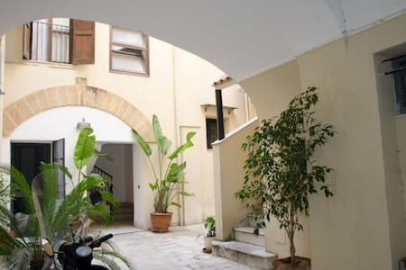 Single room with balcony close to Teatro Massimo - Haus