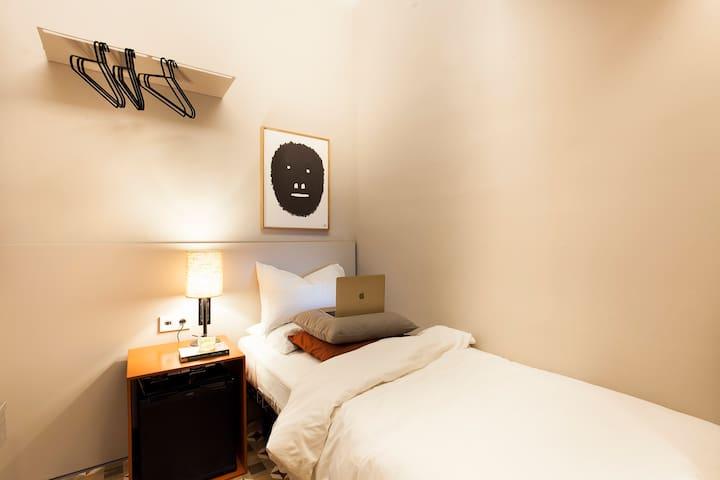 Compact single room, shared bath, Placa Catalunya