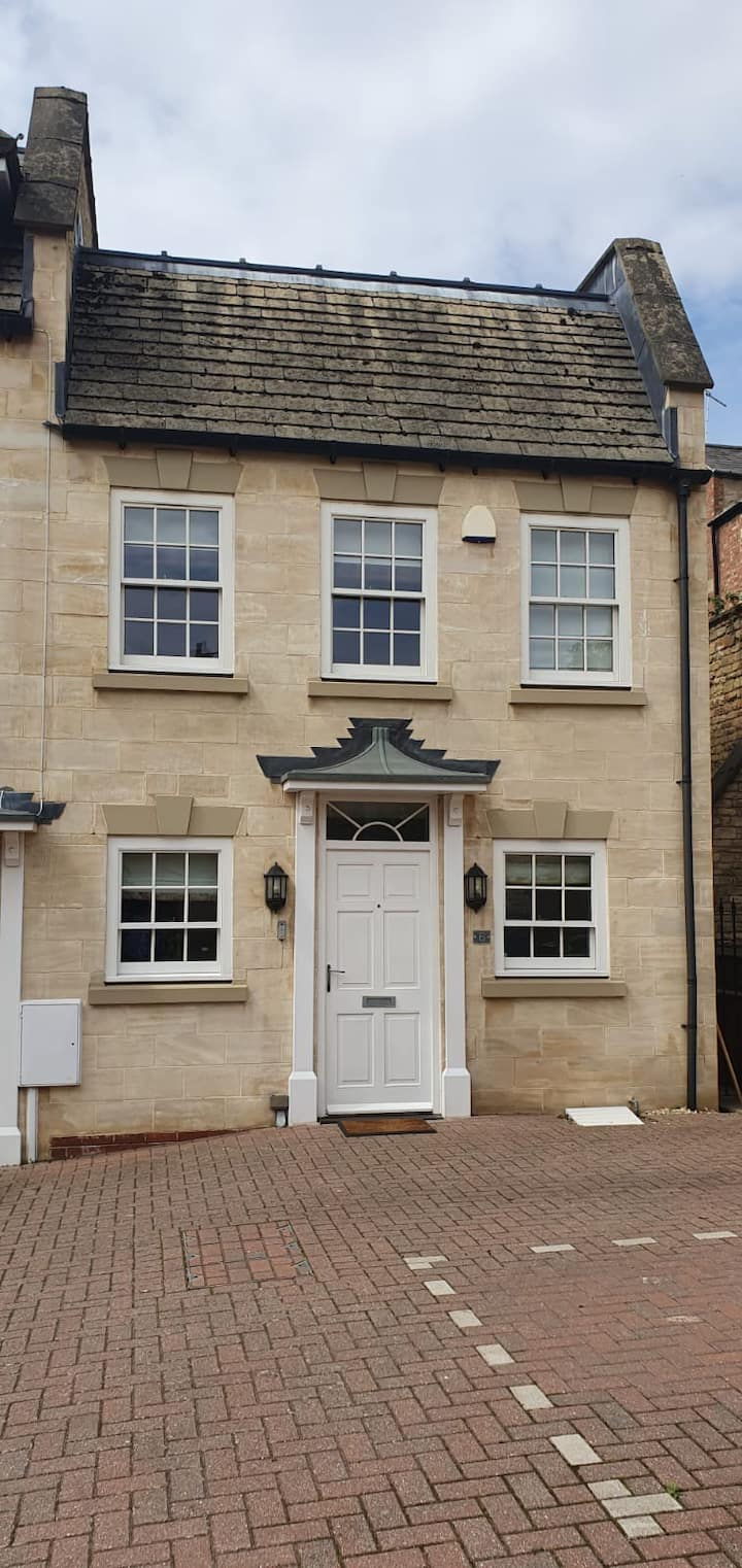 Stylish house in central Stamford with parking x2