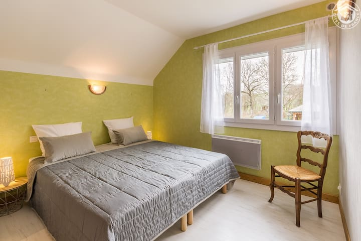 Chambre avec lit queen size logement du 2ème étage