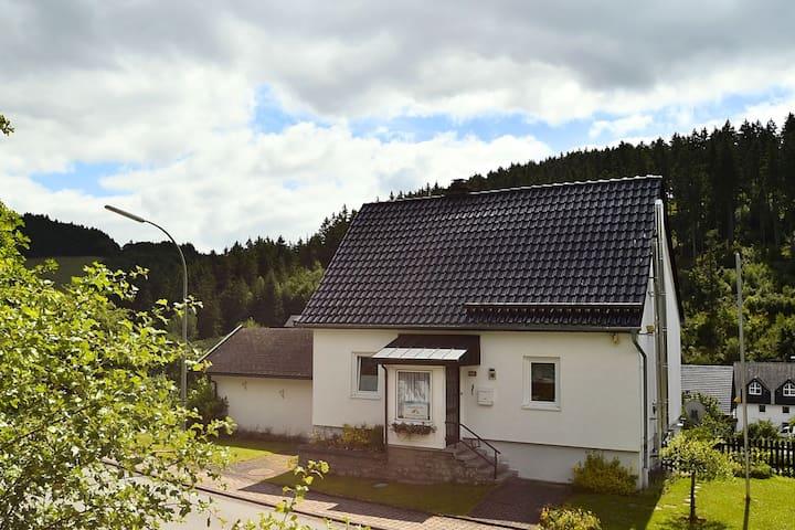 Comfortabel vakantiehuis in Sauerland met houtkachel