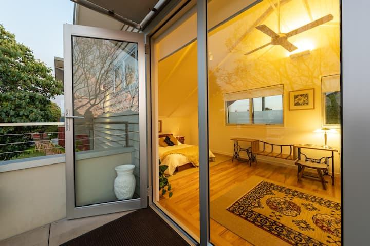 Loft Apartment Close to City, Parks, Cafes & Shops