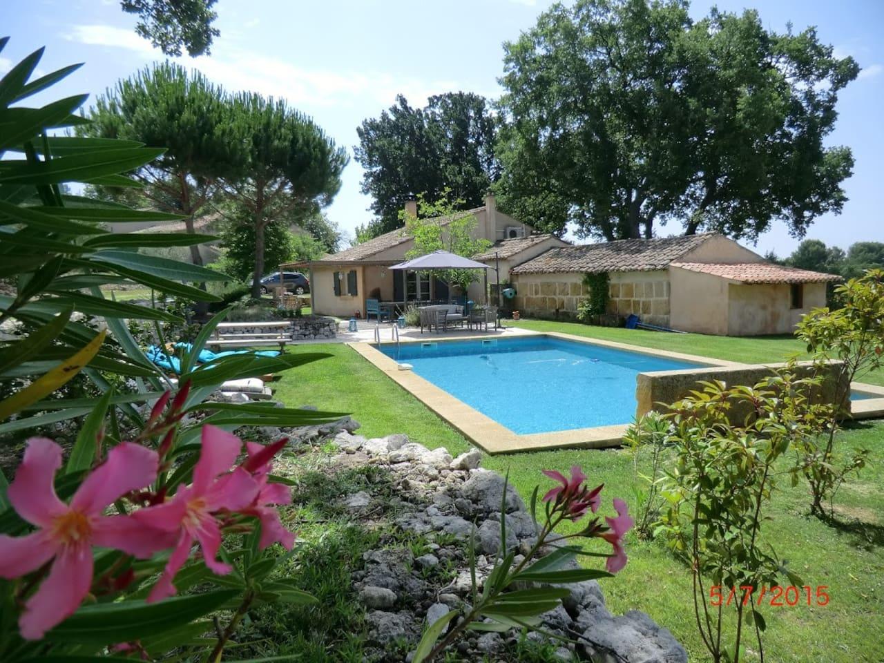 Maison nichée au cœur d'un paysage provençal avec sa grande piscine pour profiter des belles journées du sud de la France.