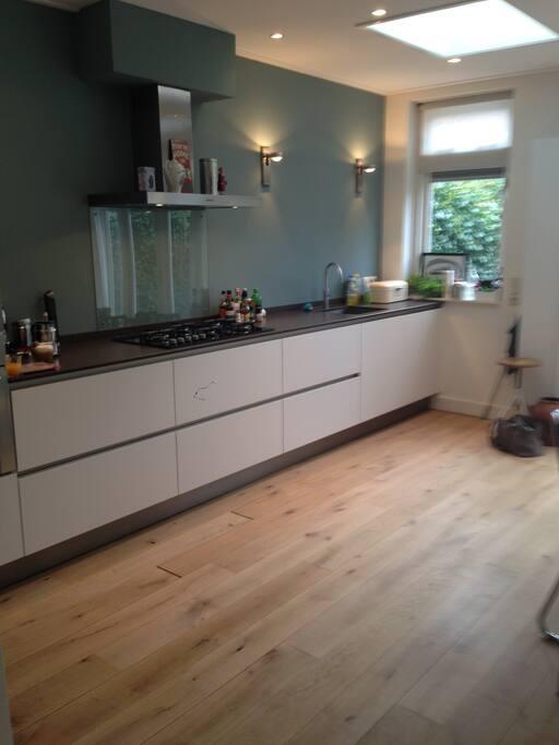 Mooie ruime open keuken, voorzien van oven, magnetron en vaatwasser