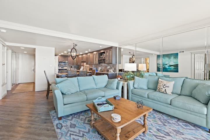 Spacious second-floor condo w/beach & Gulf views, shared outdoor pool and gym