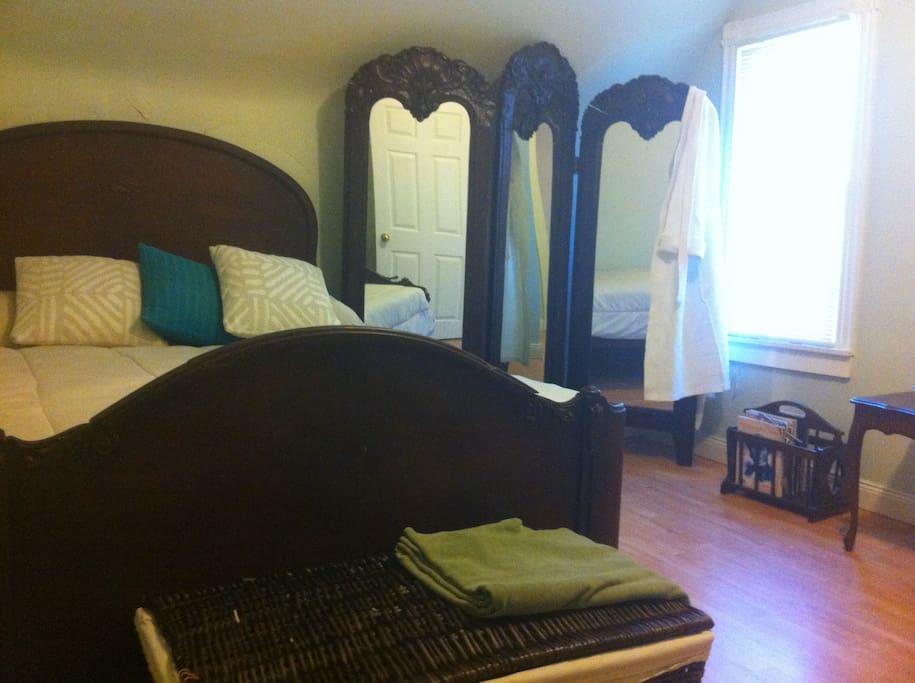 Queen antique bed•3way mirror•closet•spa robe•mags