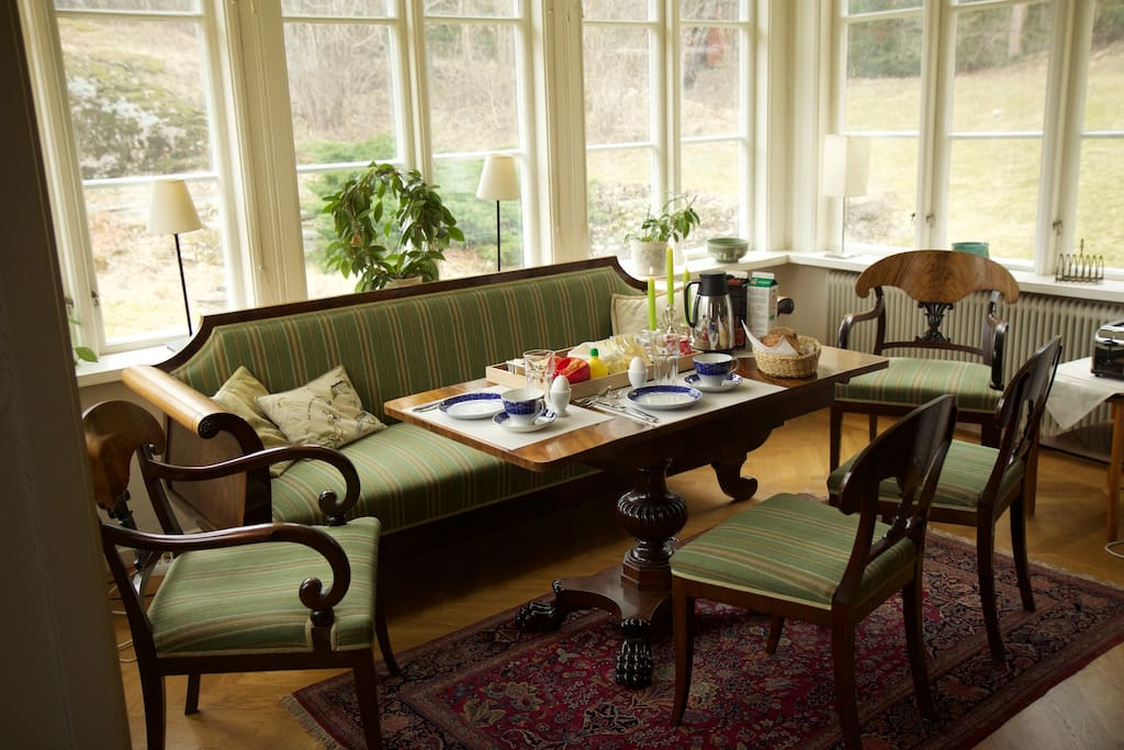 For six or fewer persons, this salon is the perfect spot for breakfast. It gives a beautiful view towards the woods and the occational deer, fox and squirrel visit.