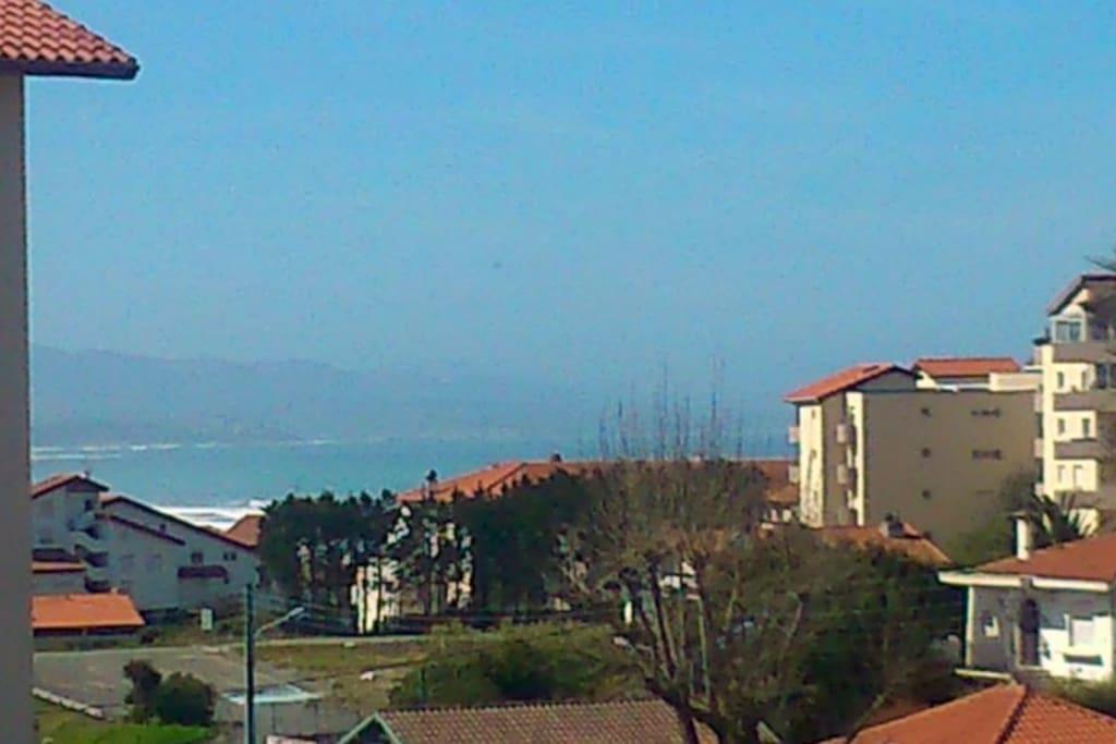 Vista desde el apartamento; al fondo, el mar.