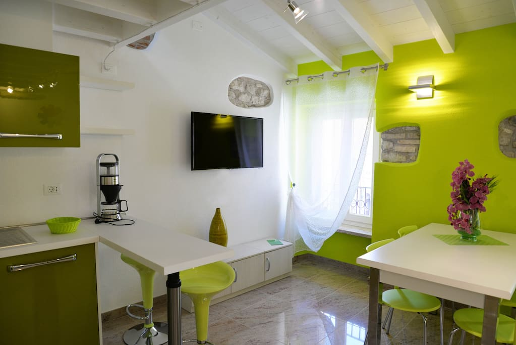 Zona pranzo con televisore satellitare/Dining room with TV sat