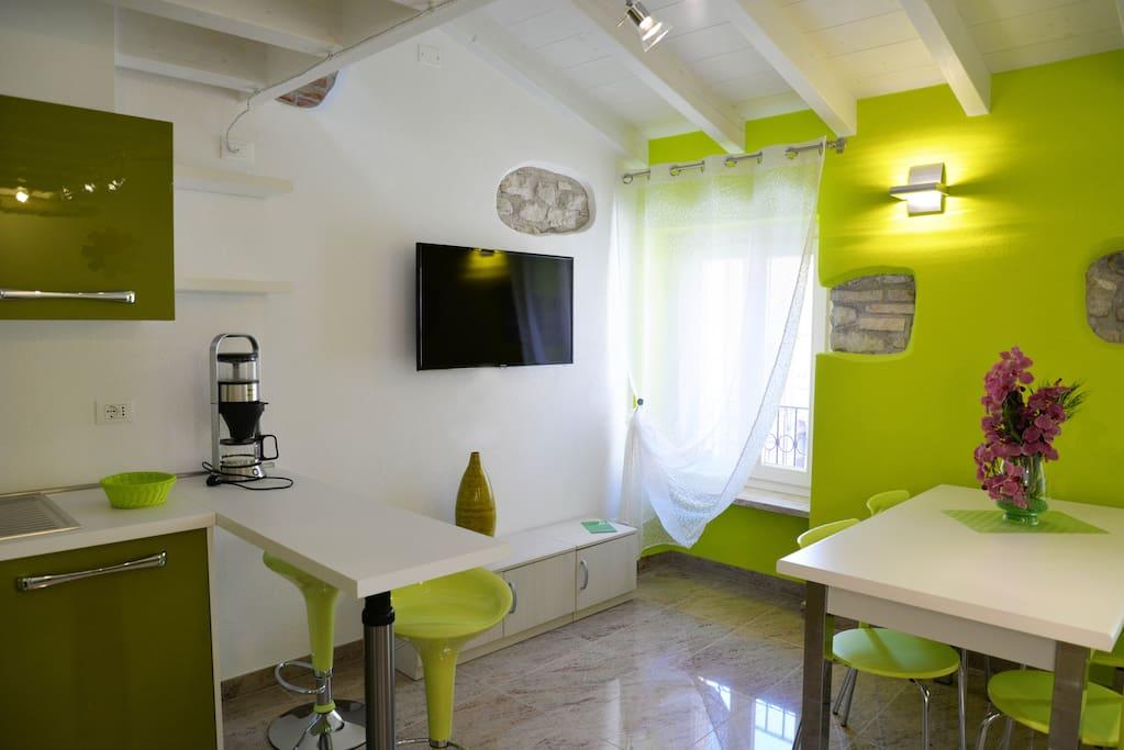 Zona pranzo con televisore satellitare/Dining room with TV sat